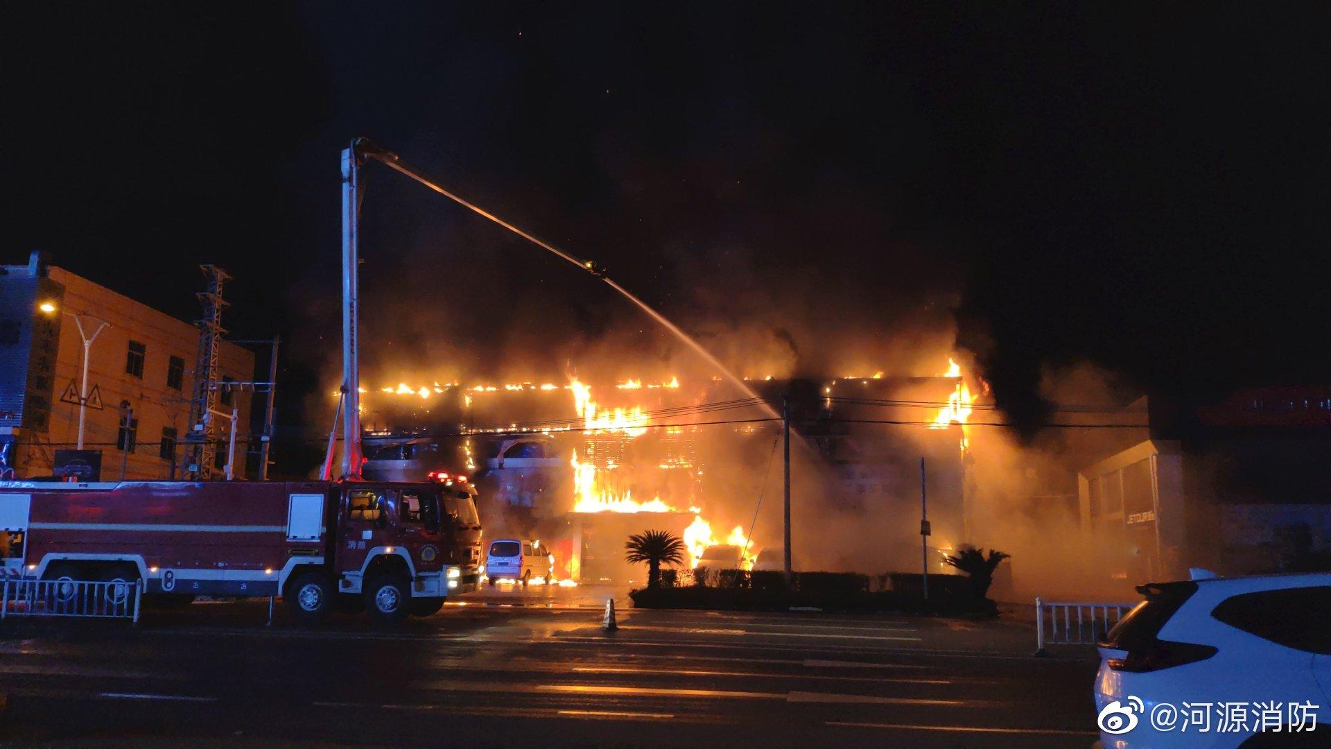 廣東河源一車行發生火災 多輛小車被燒毀