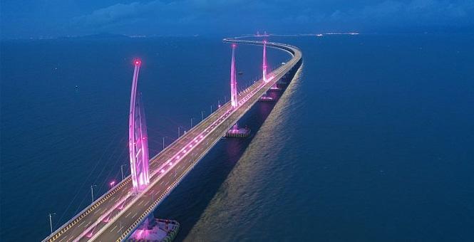 广东珠海:港珠澳大桥海豚三塔夜景美如画