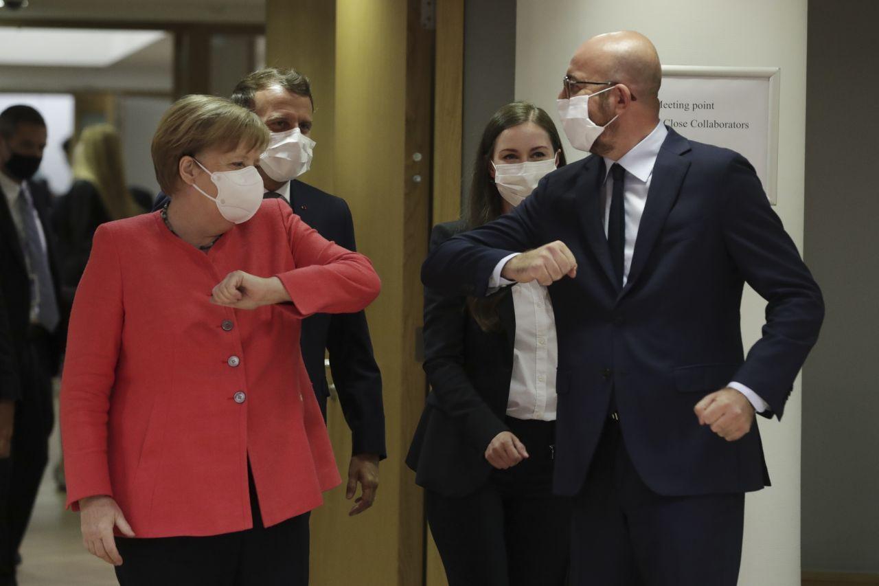 大发体育:欧盟成员国领导人出席疫情以来首次面对面峰会 戴着口罩撞肘问候 第1张