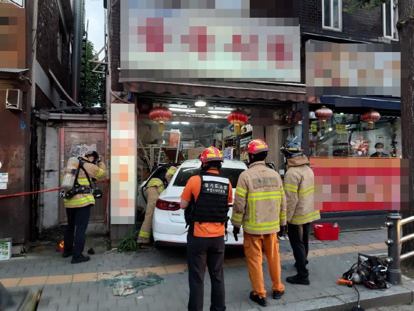 现场!韩国一汽车撞入中国食品店 中国籍女子受伤