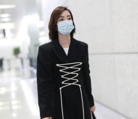 王丽坤穿绑带西服裙