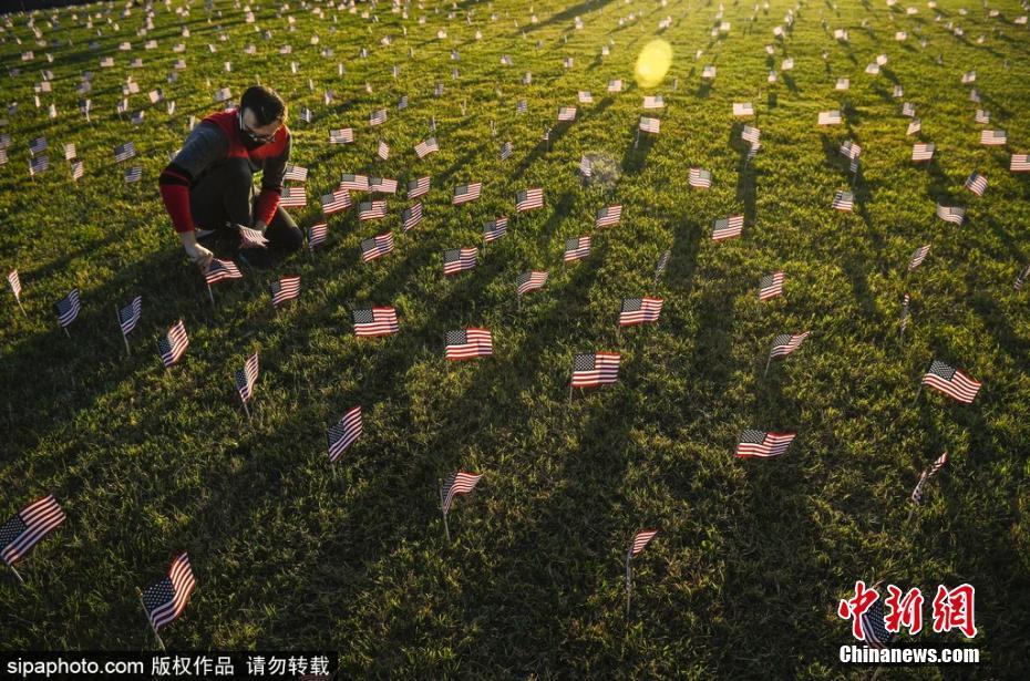 美国志愿者插2万面国旗纪念新冠肺炎死亡患者