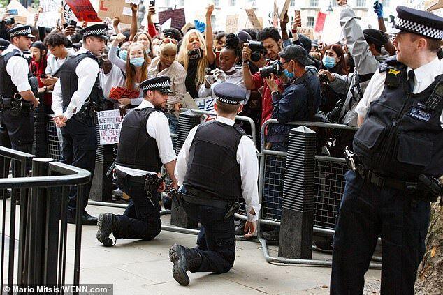 """allbet开户:英国赫特福德郡警员被建议向示威者下跪,理由是""""制止受到不必要的关注"""""""