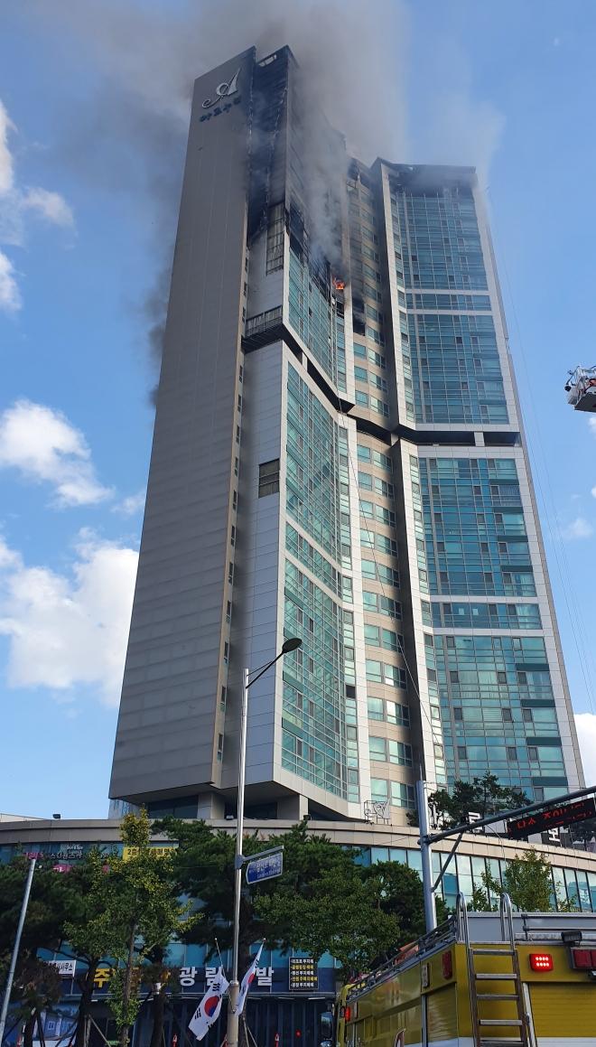 33层高楼烧成火柱!韩国深夜突发大火88人送医 第4张