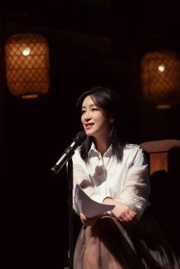 秦海璐秋季身着长裙,更显知性美!
