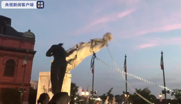 欧博亚洲注册:美国巴尔的摩市抗议者推倒哥伦布雕像,将其扔入该市的口岸 第1张
