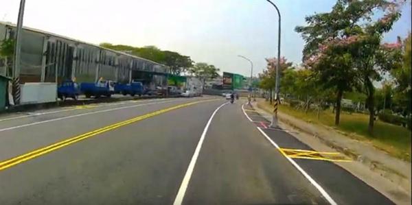 台网友晒高雄新铺道路视频 惹其他人惊呼:这还是高雄吗?