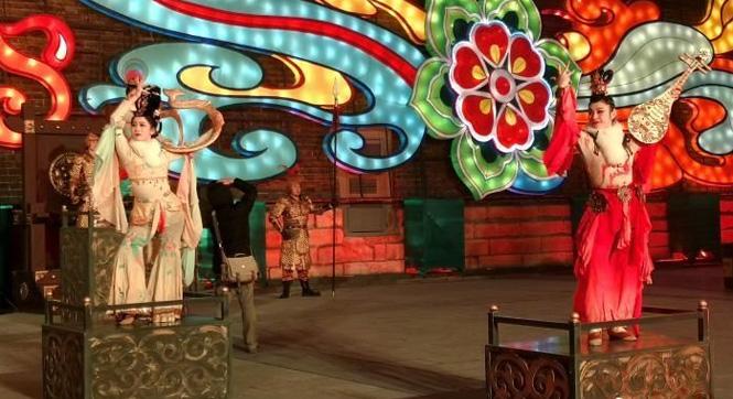 西安城墙新春灯会正式亮灯 民众观灯祈福