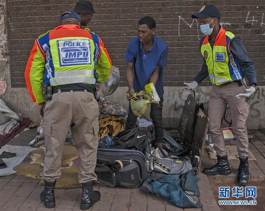 南非军警加大执法力度控制疫情蔓延