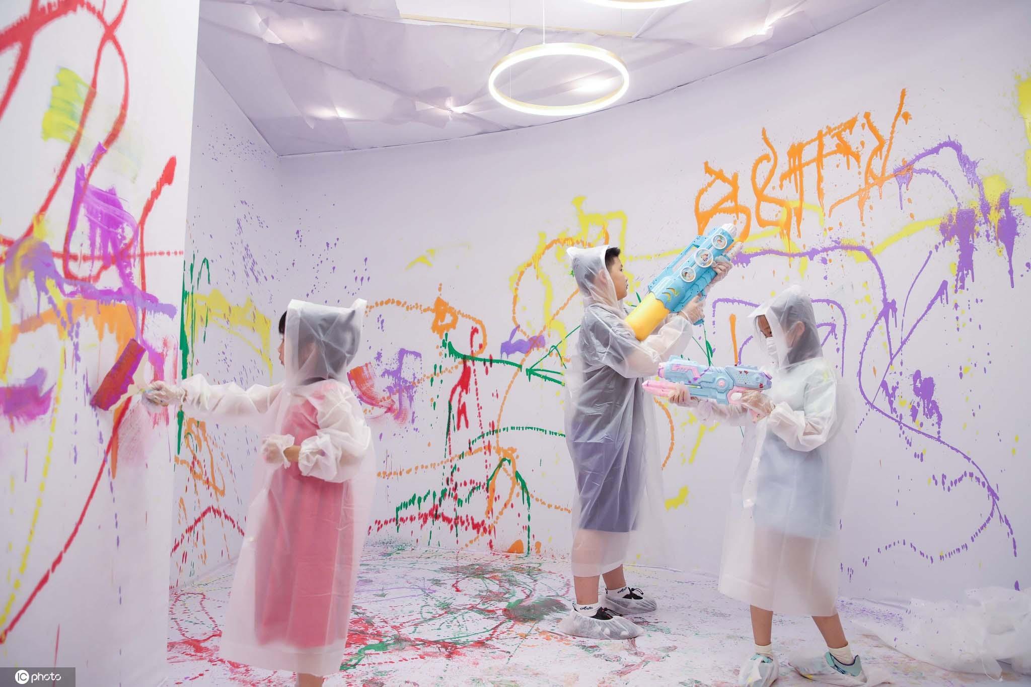 上海小朋友肆意涂鸦挥洒创意用色彩释放情绪欢度暑假