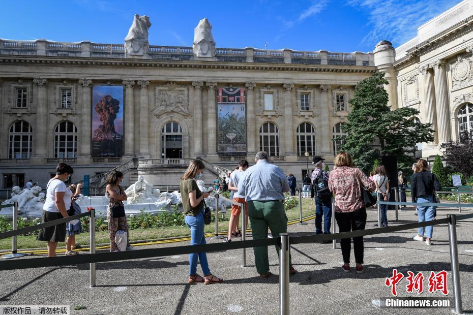 巴黎大皇宫重新开放 游客排队参观