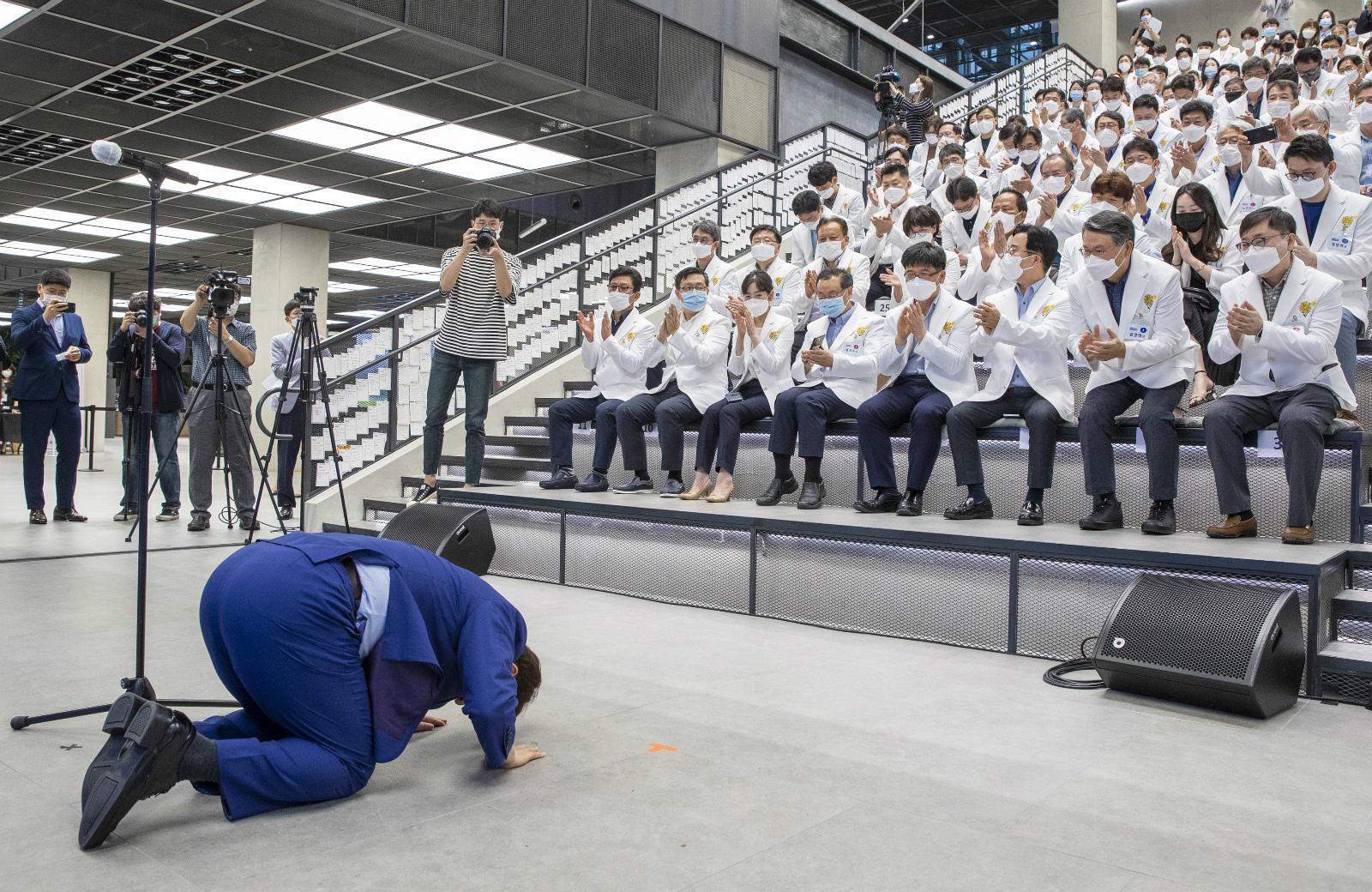 """""""多亏你们!""""韩国大邱市长当众下跪 叩首谢谢医护人员 第1张"""