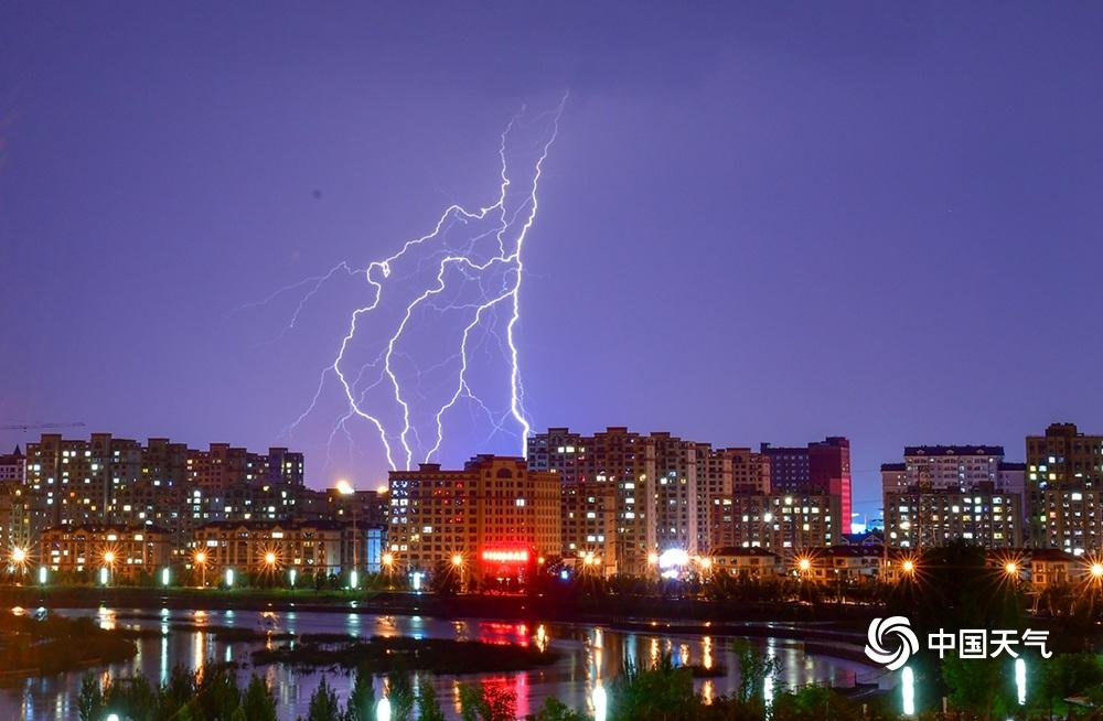 震撼!内蒙古海拉尔遭遇雷暴闪电夜空中狂舞