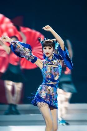 蓝盈莹身着蓝色旗袍 哪吒头元气满满