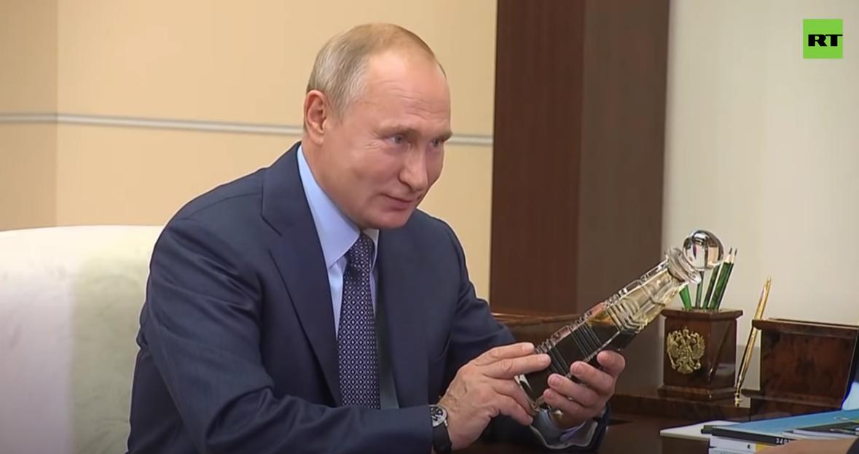 ug环球app下载:俄石油总裁送一瓶顶级石油 普京乐了:比中东的还好(图) 第3张