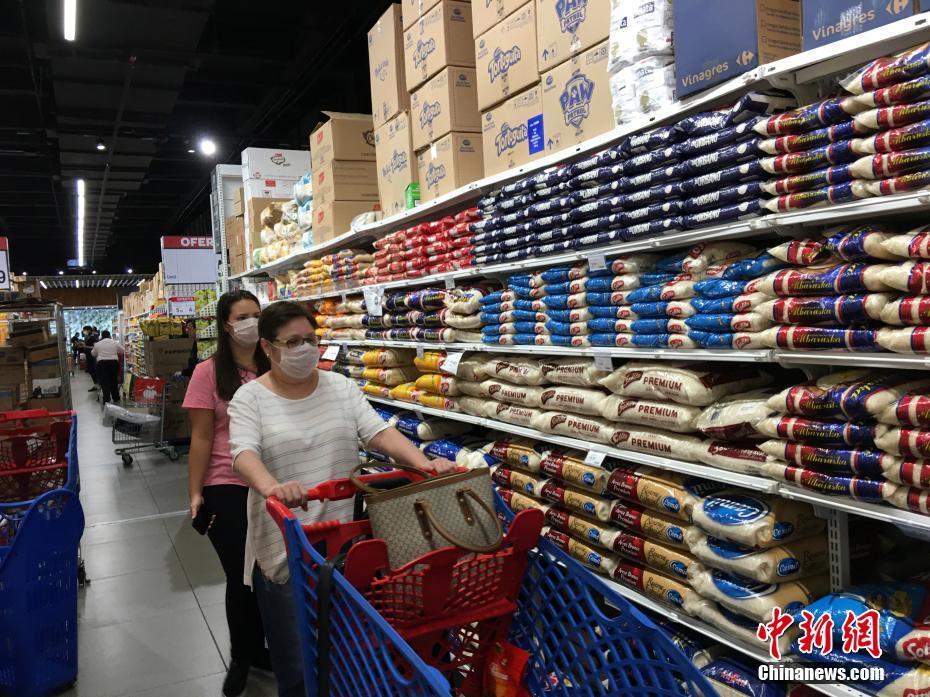"""""""隔离令""""下的巴西圣保罗:超市物品供应充足 多数人戴口罩购物"""