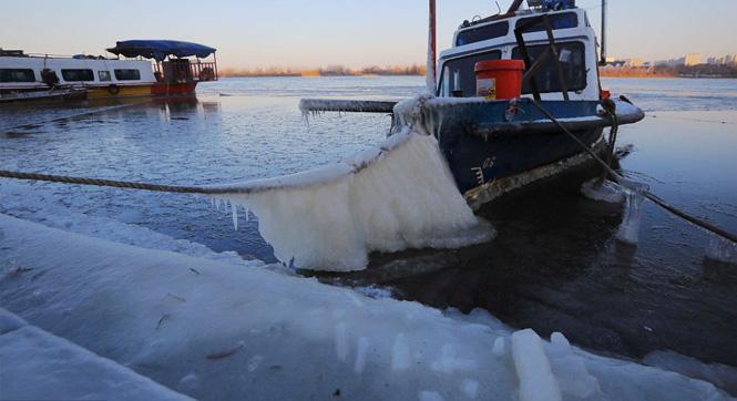 哈尔滨:冰排流动渔船冻结
