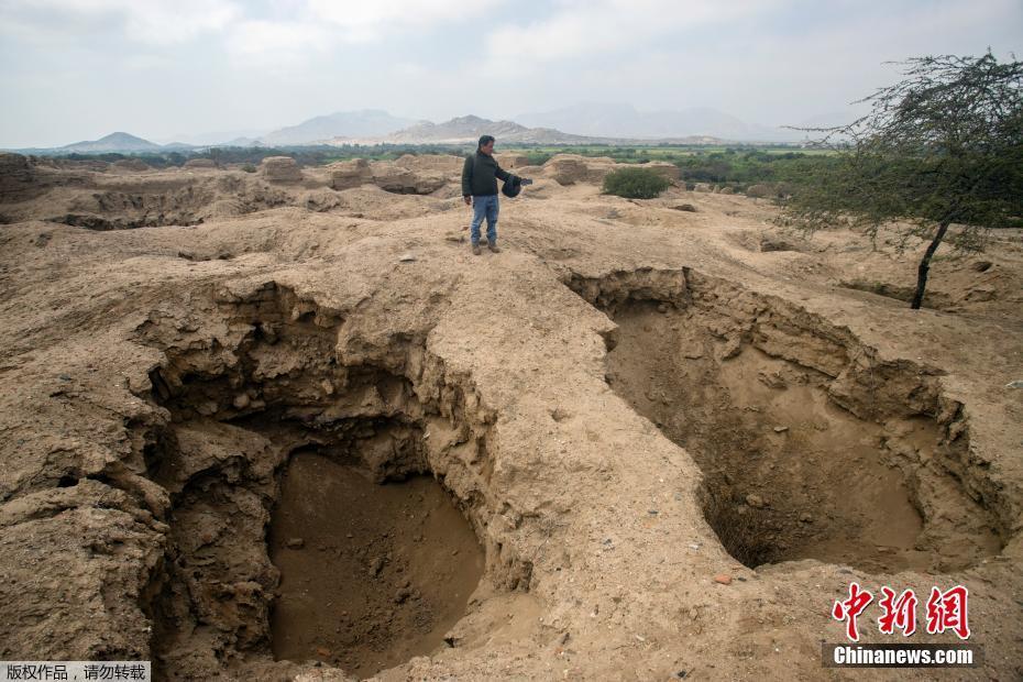 盗墓者留下5米深大坑 秘鲁大量前哥伦布时代文物失窃