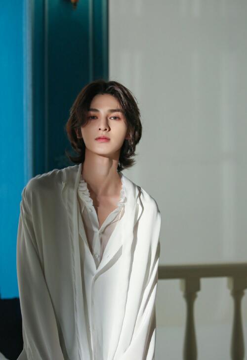 美男子朱正廷,白色衬衣显性感!