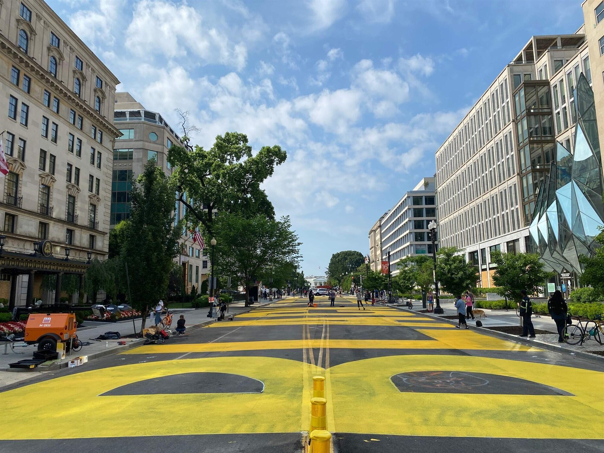"""华盛顿特区市长下令:在通往白宫的街道涂""""黑人的命也是命""""字样插图2"""