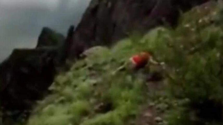 可怕!女子在俄罗斯一处山崖边拍照时不幸坠亡