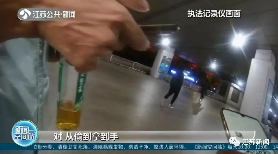 男子在火车站用手机偷拍,民警看到内容后却为他点赞!