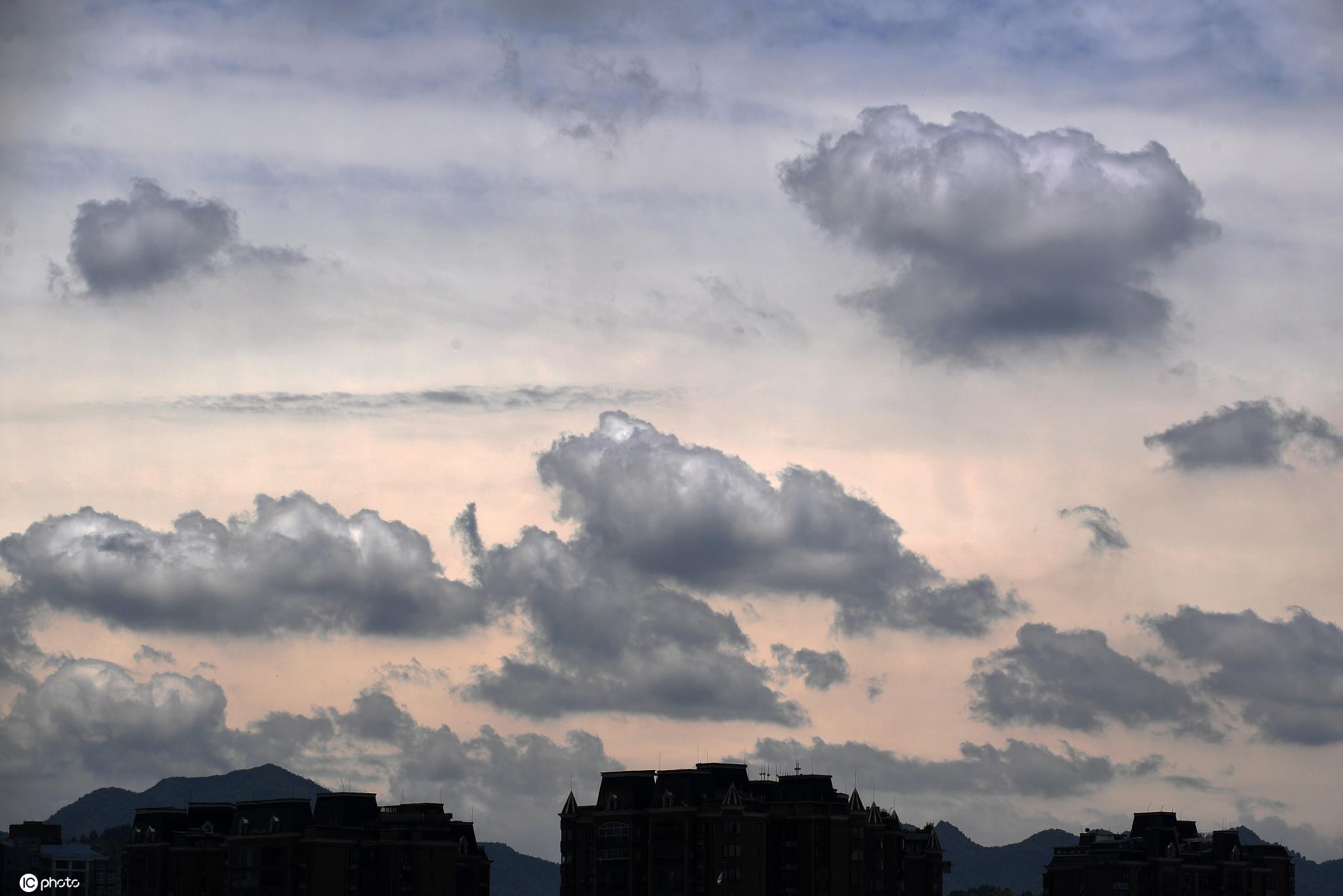 """贵州仁怀:天空云层好似一幅""""水墨山水画"""""""