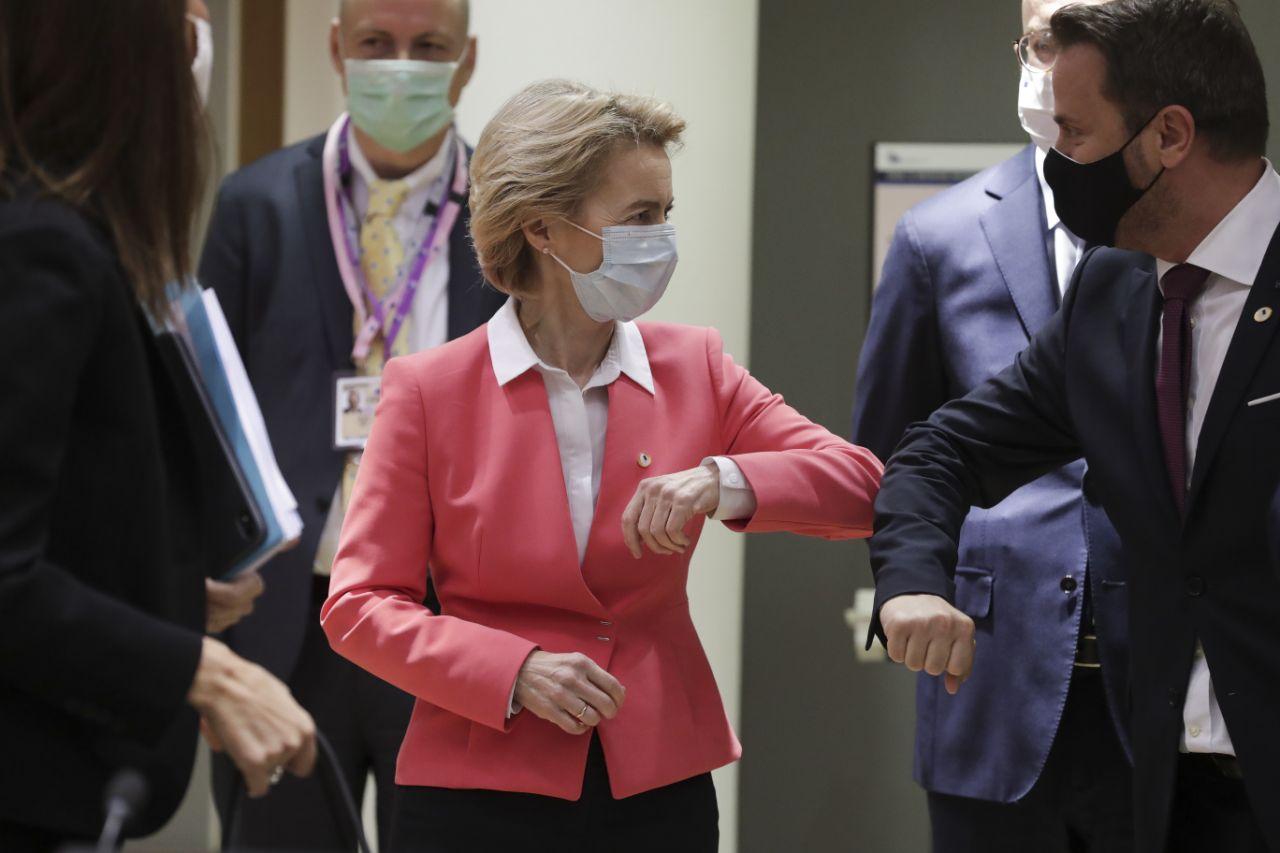 大发体育:欧盟成员国领导人出席疫情以来首次面对面峰会 戴着口罩撞肘问候 第2张
