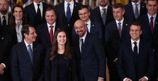 欧盟冬季峰会召开领导人合影仪式
