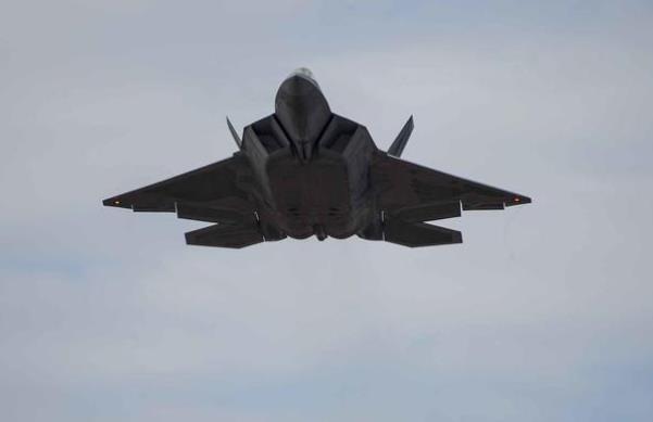 美国F-22战斗机训练中坠毁_美媒:军方库存仅183架,影响重大