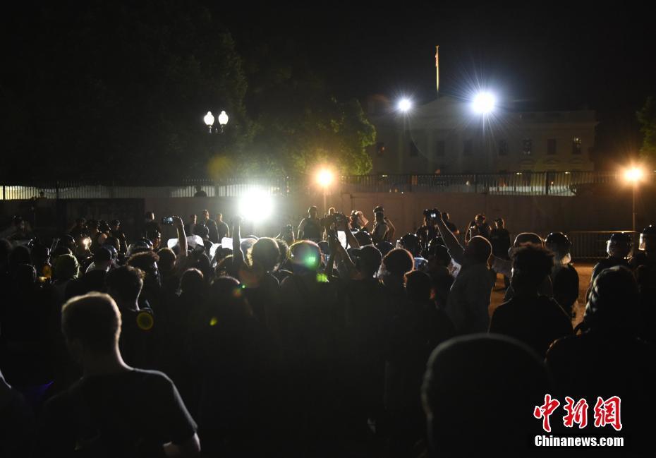 美国非裔男性遭暴力执法致死 示威者在白宫门前彻夜抗议
