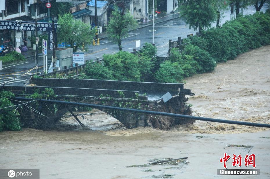 安徽黄山一座明代古石桥被洪水冲毁