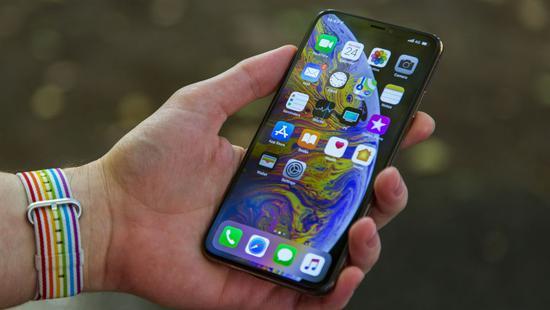 苹果公司正考虑让竞争对手的应用在iPhone和iPad上占据更突出地位