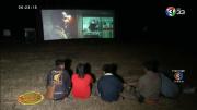 泰国华人后代在墓地给祖先放露天电影现场气氛有点吓人
