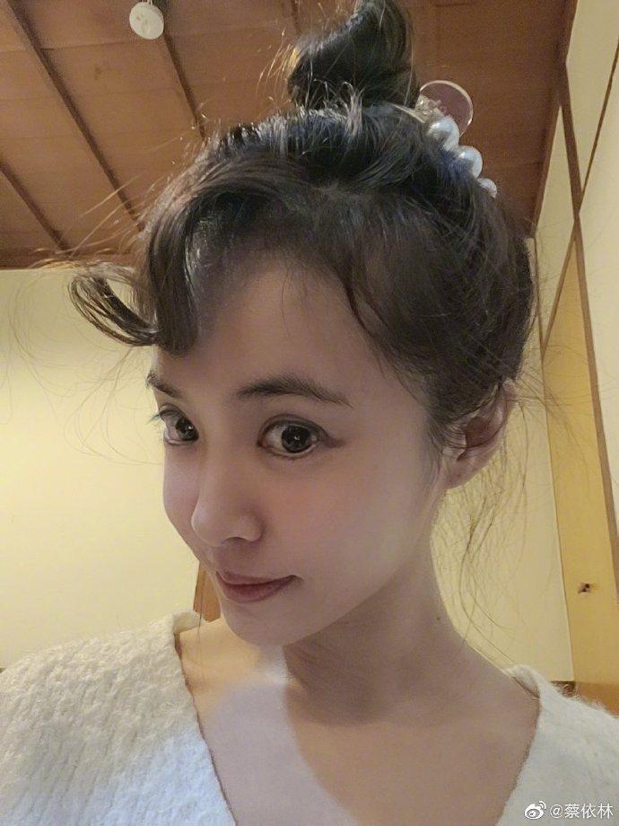蔡依林丸子头造型超减龄 素颜出镜皮肤光滑惹人羡