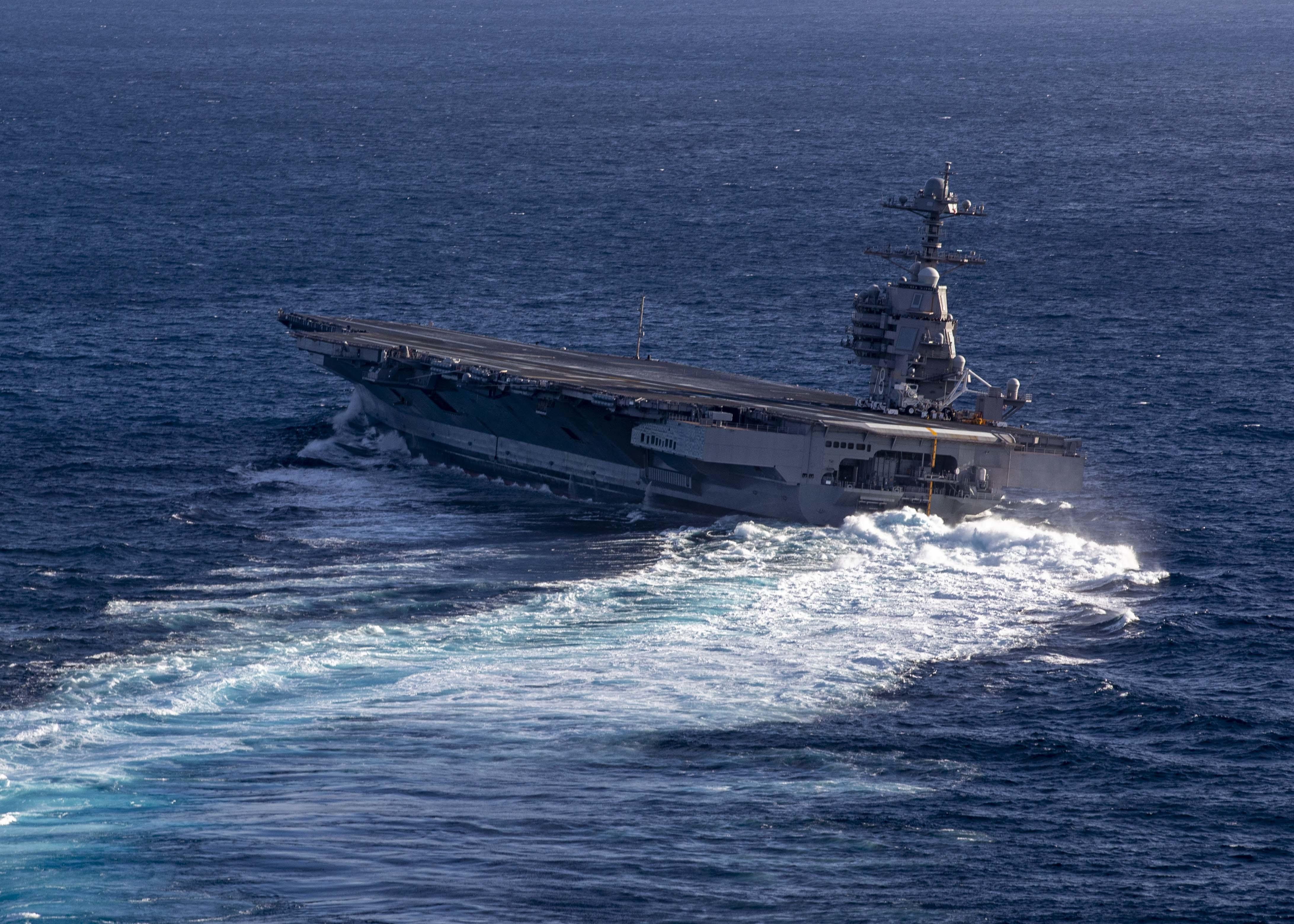 """美国新航母玩起""""蛇形走位"""" 船身大幅倾斜看着好险"""
