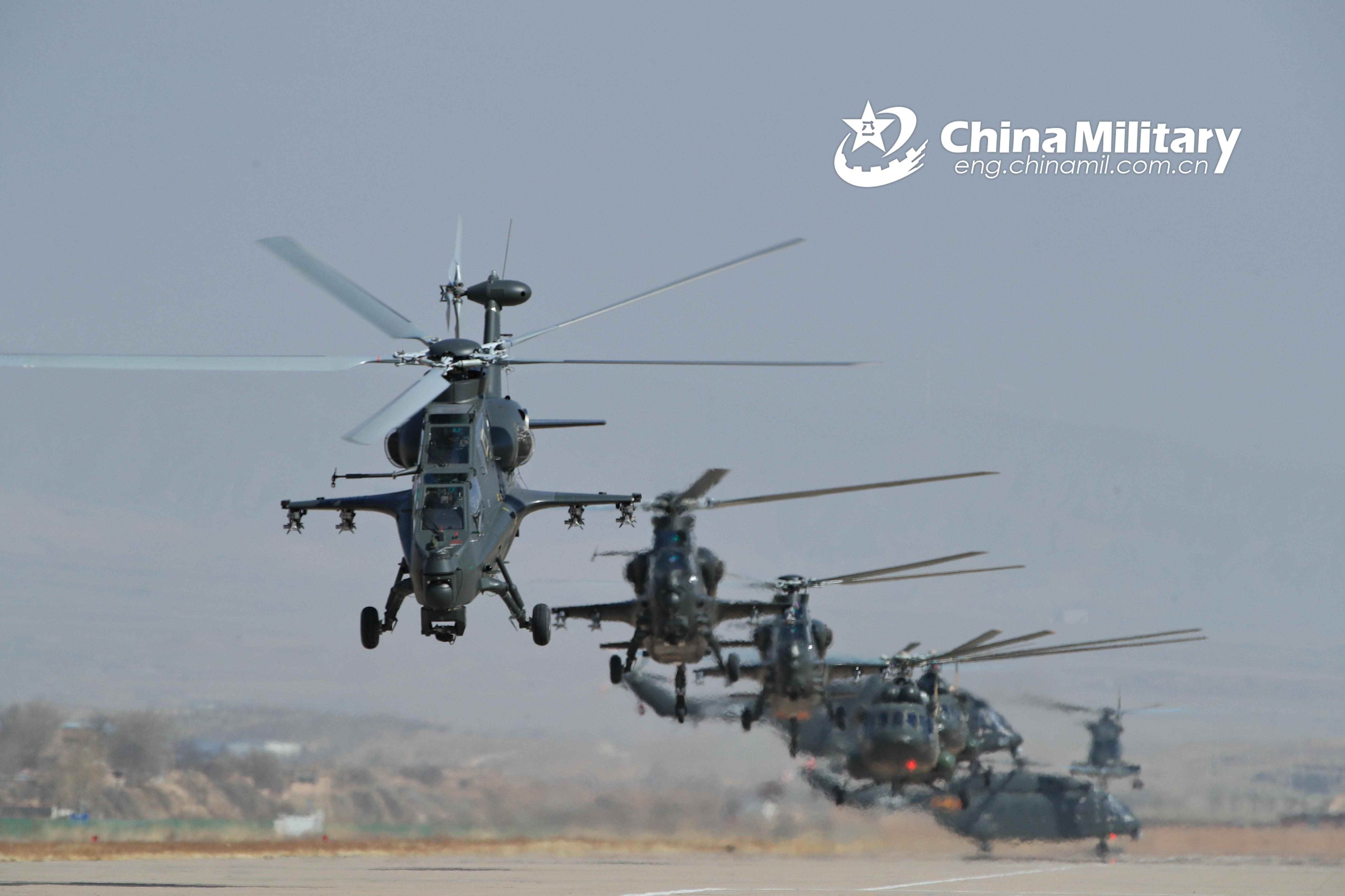 陆航开展多机型飞行训练直10直8G米17同时起飞