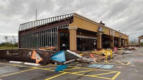"""飓风""""劳拉""""袭击美国,吹倒大树砸死14岁女孩"""
