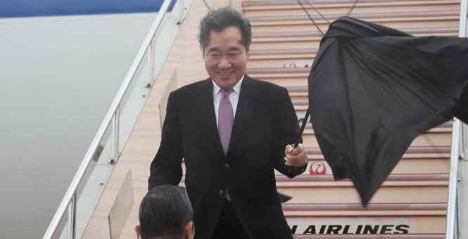 韩总理抵日出席德仁天皇即位仪式 大风大雨下机后伞吹坏了