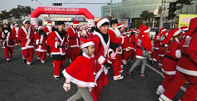 韩国举办慈善马拉松比赛 民众扮圣诞老人欢乐开跑