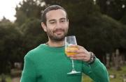 英国男子每天喝一杯自己的尿称更健康更年轻