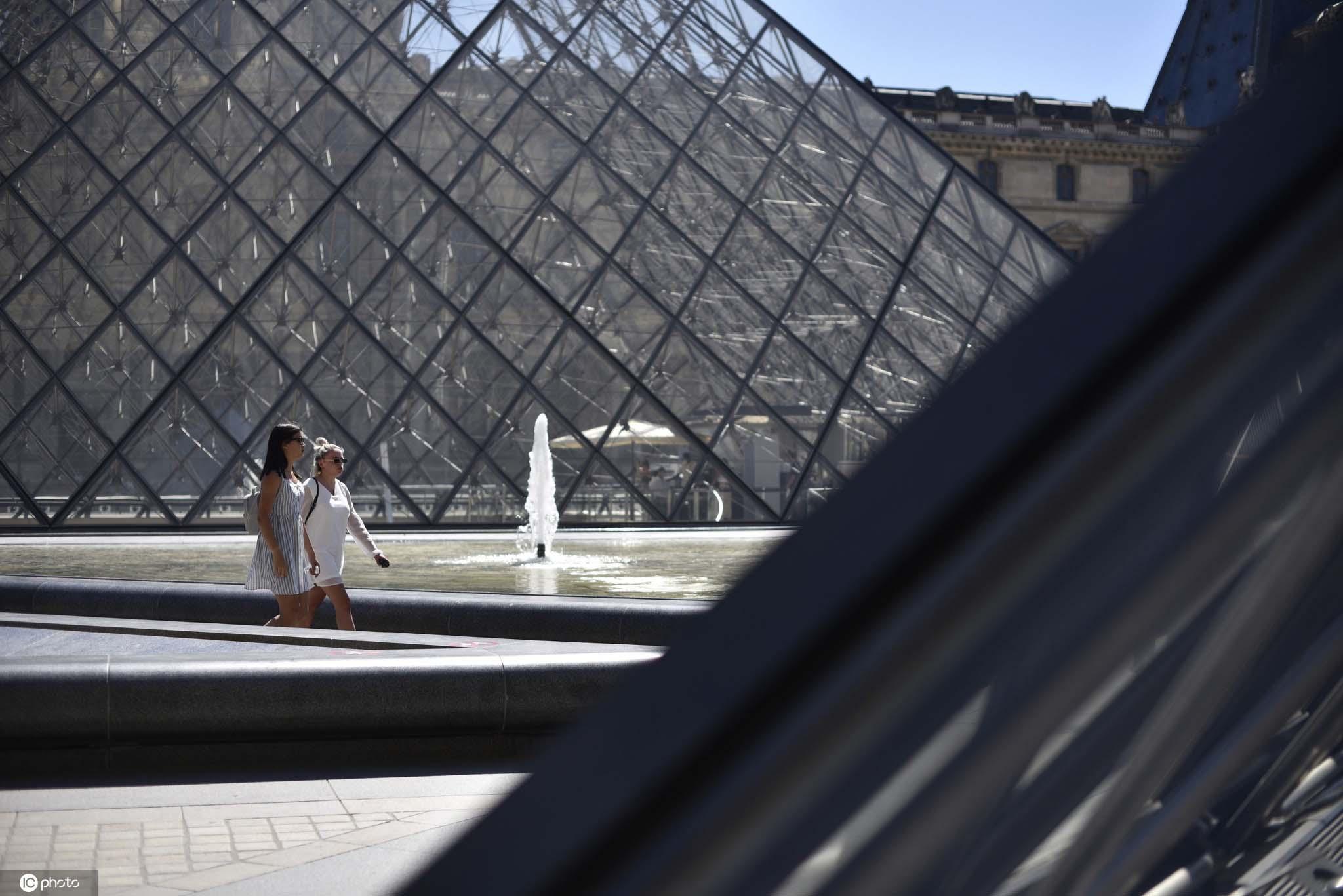 法国巴黎气温超36度女子塞纳河畔冲水降温