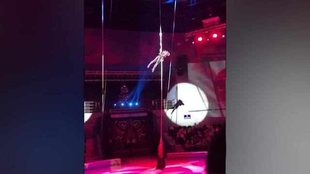 惊险!俄罗斯女杂技演员从6米高空跌落颅骨骨折