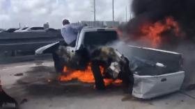 生死攸关!迈阿密两路人冒死救出燃烧车辆中的司机被赞英雄