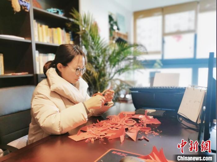 """图为:""""临海剪纸""""非遗传承人杨雨潇直播教学临海供图摄"""