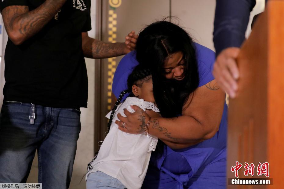 弗洛伊德家人出席新闻发布会 6岁女儿与母亲相拥