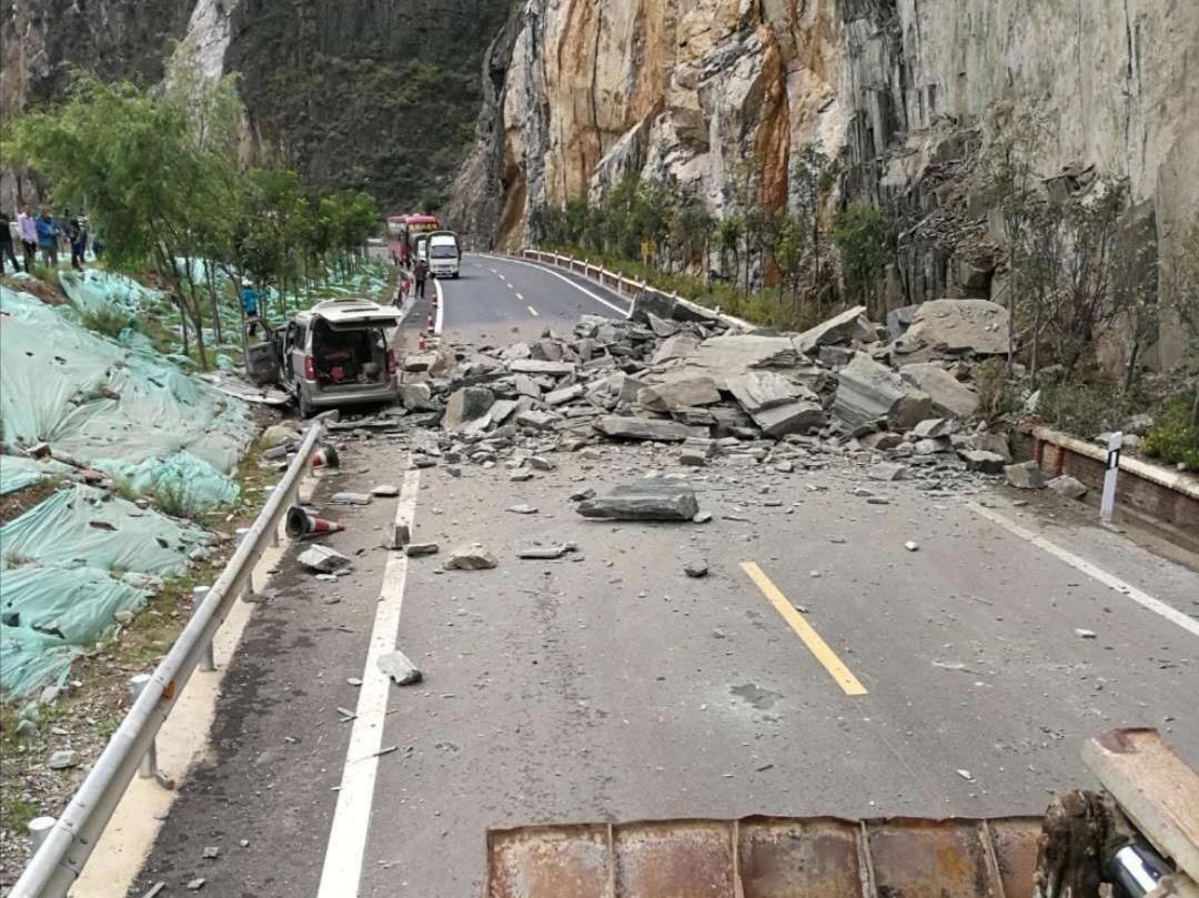 云南德钦突降暴雨致塌方滑坡等险情 多路段交通中断