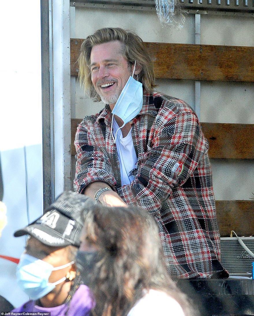 """英媒:好莱坞影星""""布""""拉德·皮特被拍到做义工,〖驾车卸货为〗住民分发拯『救食物』 第3张"""