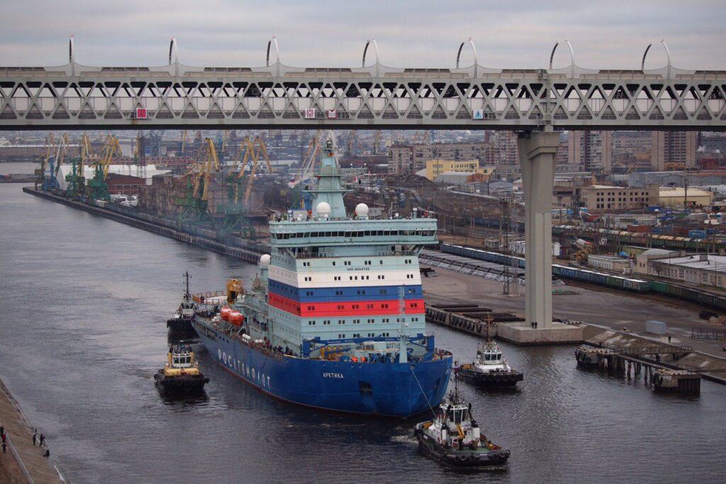 """3万吨核巨兽出海:俄""""北极""""号破冰船出发海试"""