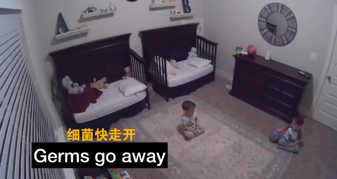 """美国3岁双胞胎兄弟在家聊隔离奶声奶气大喊""""细菌快走开"""""""